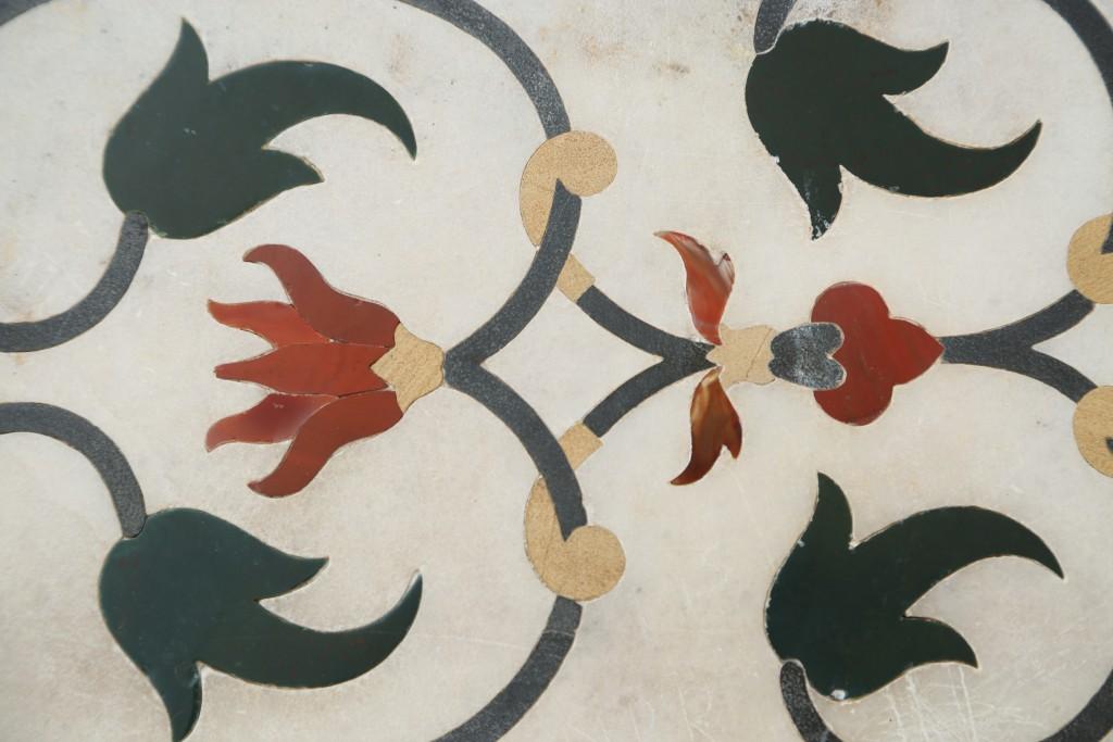 Sur les murs du Taj Mahal, des mosaïques de pierres précieuses
