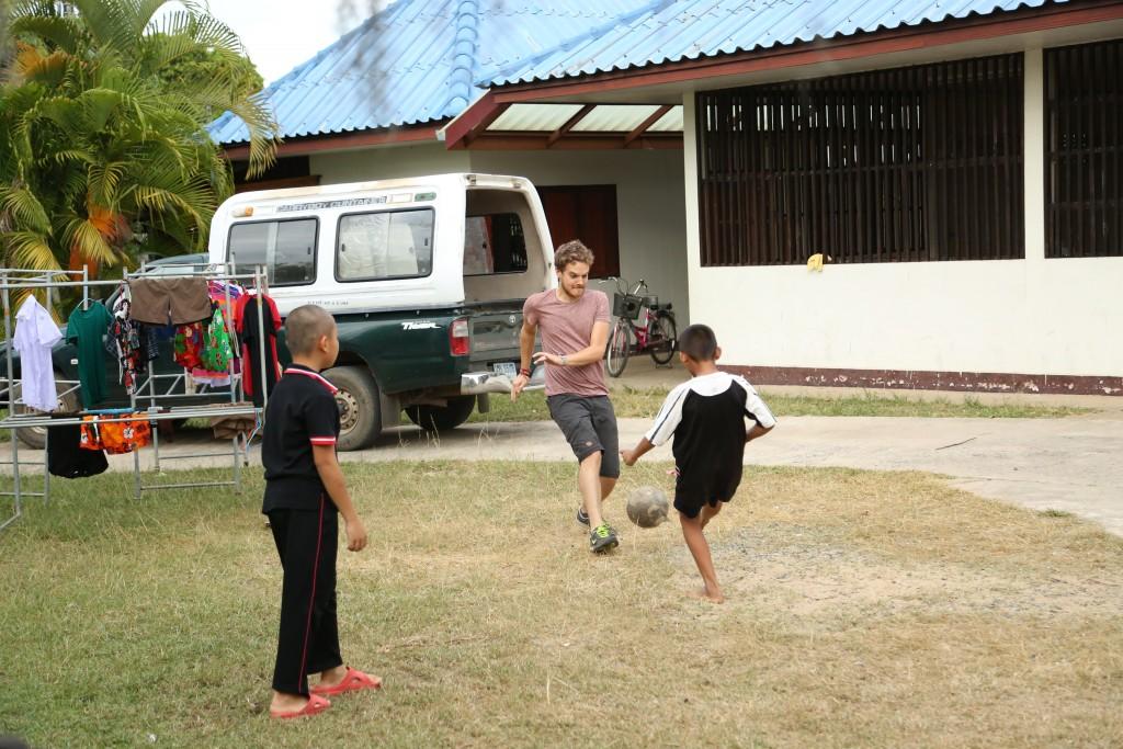Antoine joue au foot avec les pensionnaires de la maison bleue