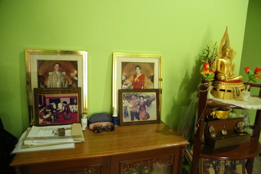Dans le salon, une photo du roi et de la reine