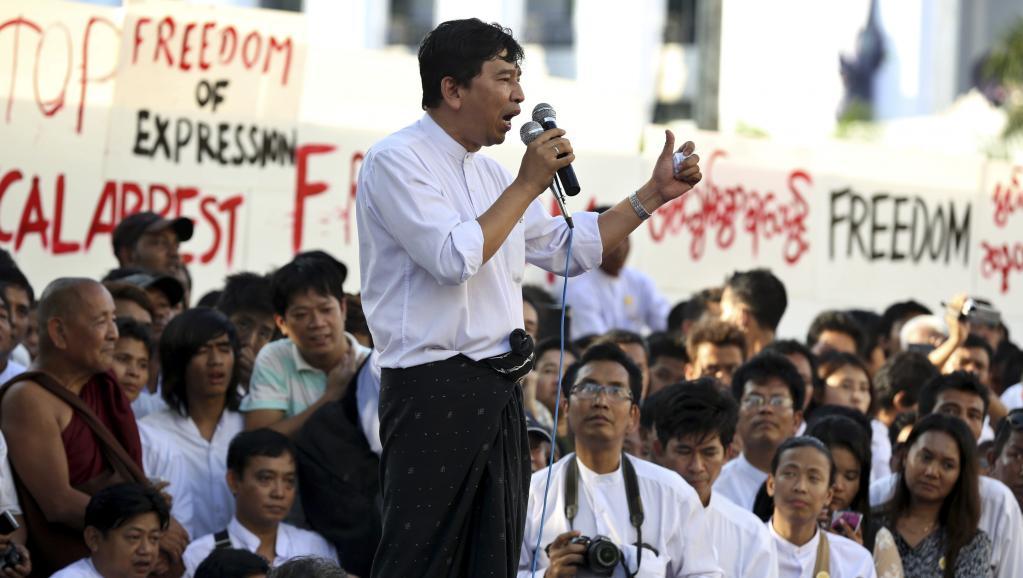 Min Ko Naing, un des leader de la génération des révoltes estudiantines de 1988, appelle à une révision de la Constitution, à Rangoon, le 5 janvier 2013 ©Reuters