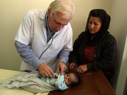 Alain Deloche à l'hôpital français de Kaboul. Afghanistan, Kaboul. ©Philippe Lerch
