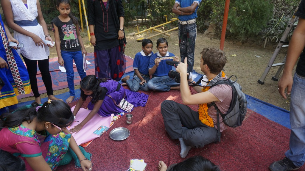 Antoine, en plein tournage avec les enfants de TAABAR en Inde