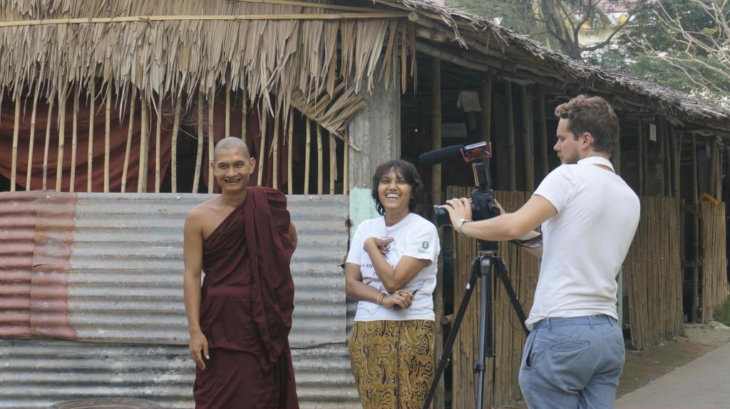 De gauche à droite : un bonze, Ni Ni et Antoine, en plein tournage