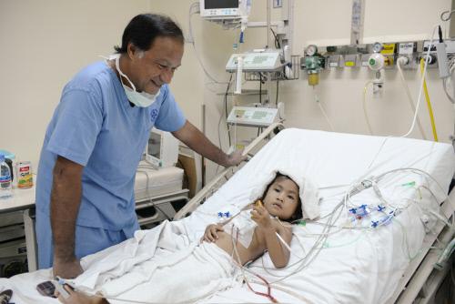 Dr Gérard Babatasi en consultation. Pavillon des enfants cardiaques. Phnom-Penh, Cambodge, ©Jean-François Mousseau