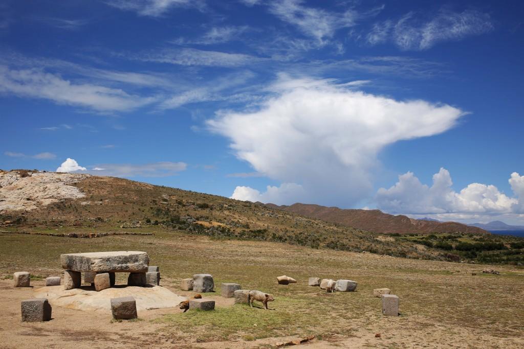 Sur l'île du soleil, au lac Titicaca, un autel sacrificiel Tiwanaku