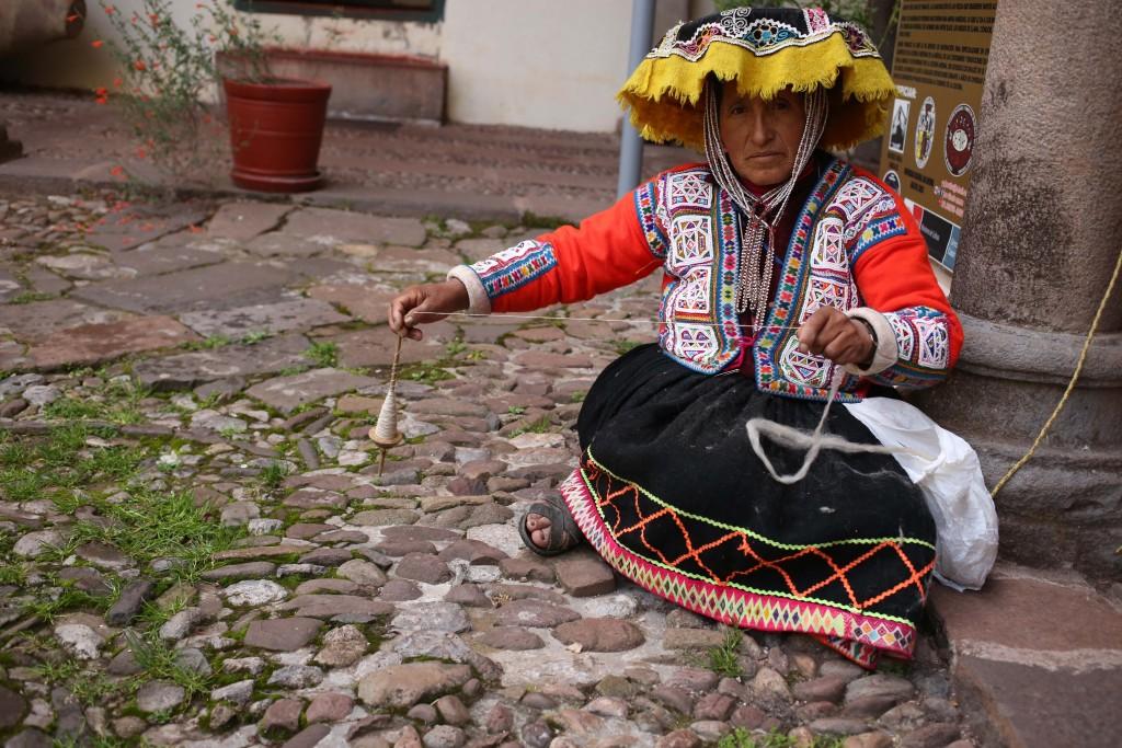 Les quechuas tissent toujours l'Alapaga de la même façon