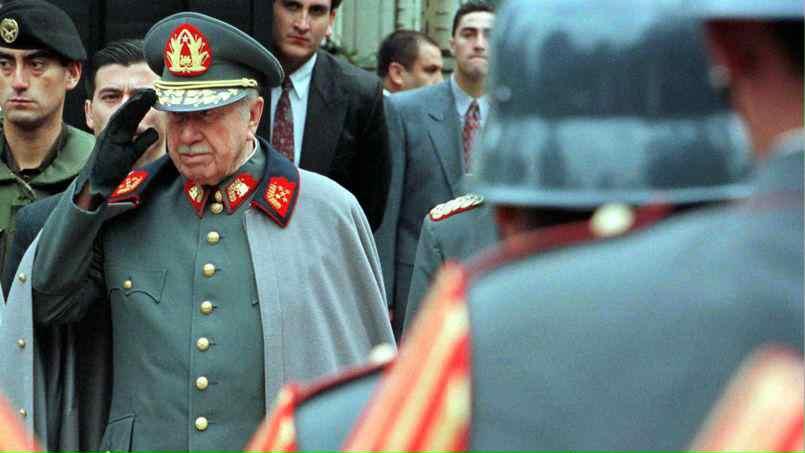 Pinochet, entouré de sa garde ©Reuters