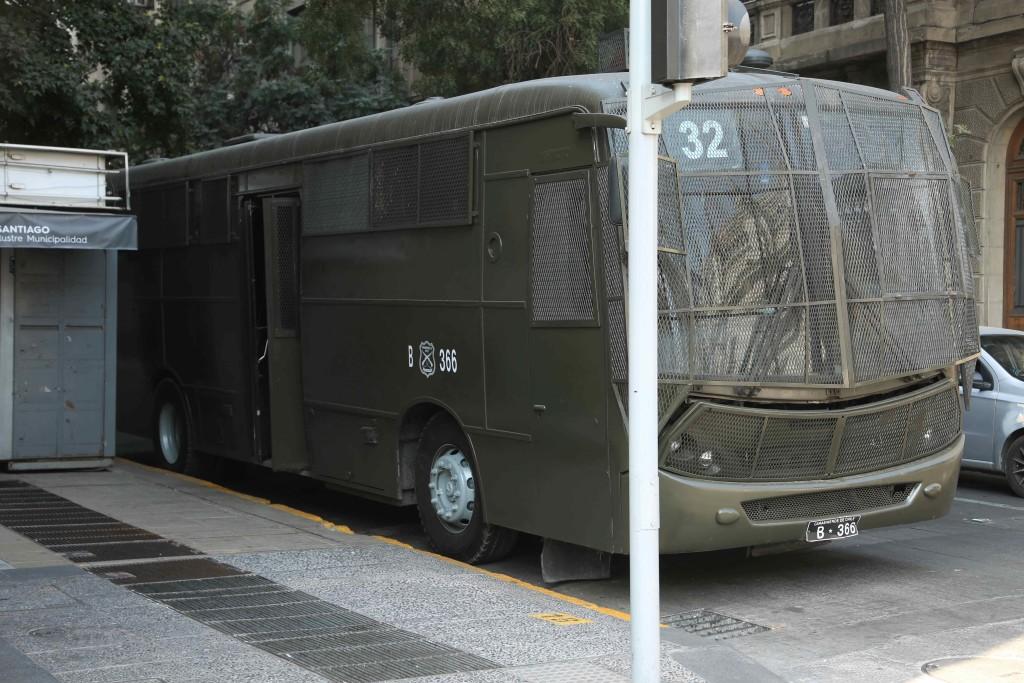 Dans les rues de Santiago, on croise encore des blindés militaires
